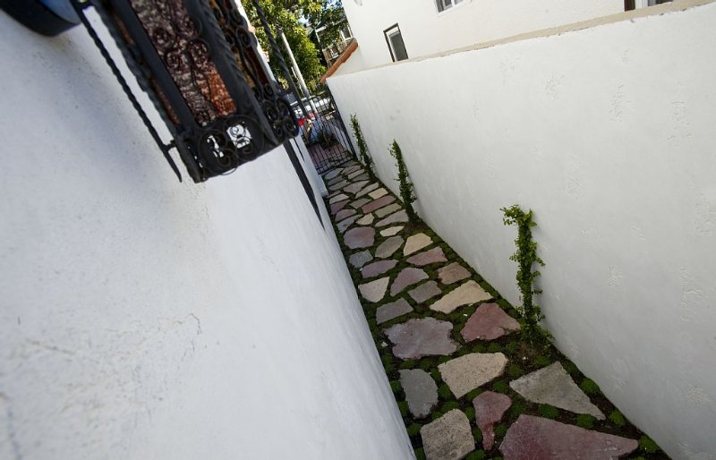Side walkway from front of house to casita through side gate.