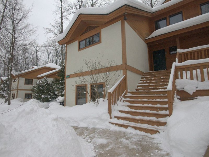 Disciples Condo/ Beautiful wooded setting, Golf, beach, resort activities abound, vacation rental in Charlevoix County