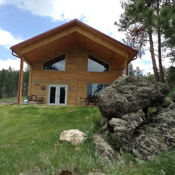 LOG HOME on Mickelson Trail! Reduced price! Come get away!, holiday rental in Custer
