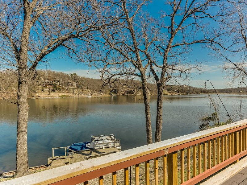 RIGHT ON THE WATER! Newly renovated Lake Front Home w/ Boat Dock, aluguéis de temporada em Noel