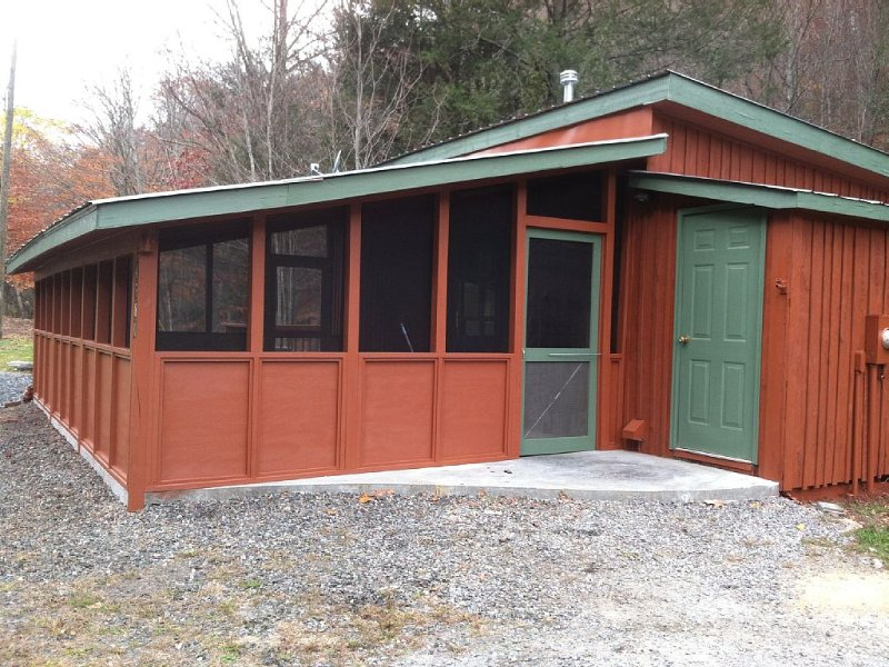 Cozy Little Cabin Located Along The Banks Of A Beautiful Trout Stream, holiday rental in Grassy Creek