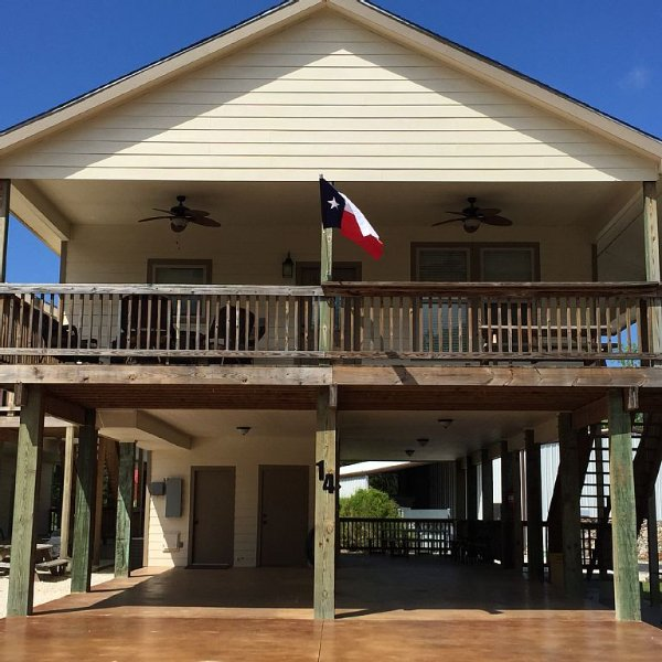 CLIFF VIEW #14 - 4/3 ON RIVER RD; 400' OF RIVER ACCESS; PUT YOUR TOOBS IN HERE, holiday rental in New Braunfels