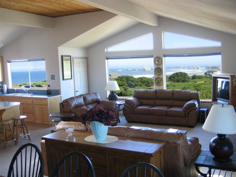 Luxury 2800 Sf Tri-Level with Sweeping Views, holiday rental in Bandon