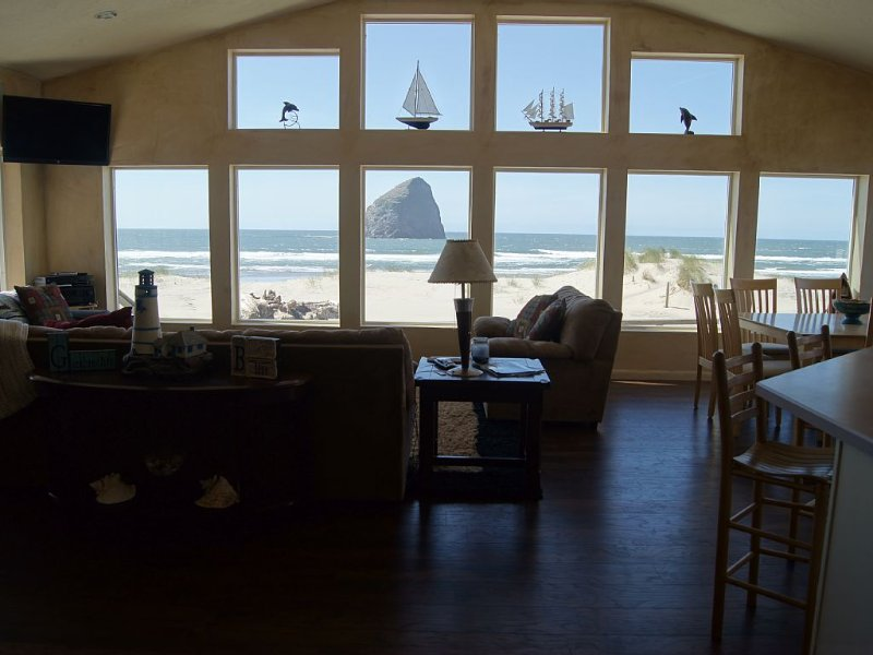 Ocean Front Luxury 5 Bedroom Home Right On the Beautiful Sandy Beach, vacation rental in Pacific City