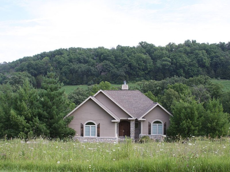 Beautiful, High-end, Luxury Home Nestled On 4 Acres Close To All Amenities, holiday rental in Apple River