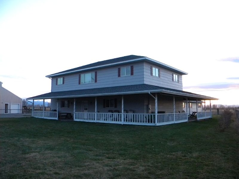 Outlaw Hideout - 1,500 sq ft house with central AC above 3 car garage, vacation rental in Manhattan