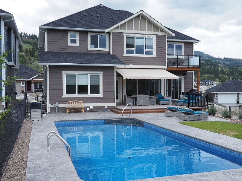 AVAILABLE LONG TERM SEPT. - 4 bedroom with POOL and VIEWS! - Two master bedrooms, vacation rental in Penticton
