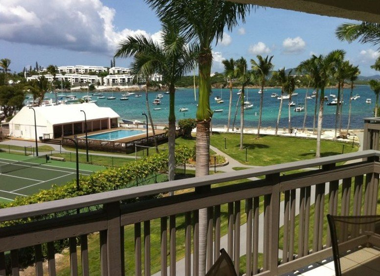 Beachfront condo with designer kitchen at The Anchorage Condominiums, vacation rental in Benner