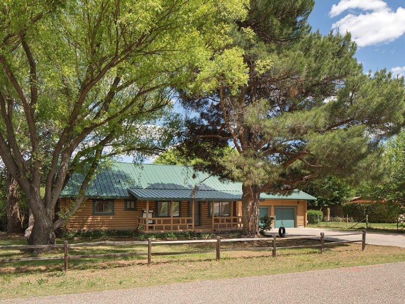 Log Cabin Close to Sedona, holiday rental in Cottonwood