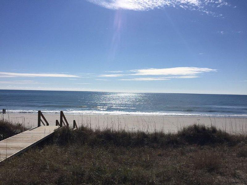 Contemporary Oceanfront Home  ~  Topsail Beach, location de vacances à Holly Ridge