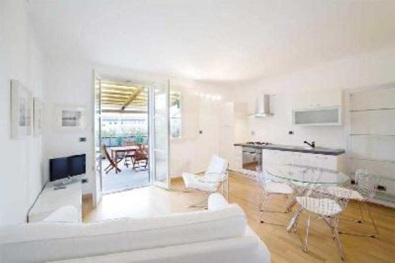appartamento in centro con grande terrazza e parcheggio, holiday rental in San Martino alla Palma