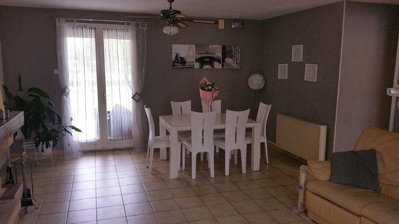 1, 2 ou 3 chambres dans maison proche Groupama Stadium Lyon Decines Meyzieu, holiday rental in Bonnefamille