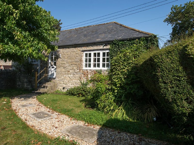 Old Stone Gardeners Cottage in Somerset with peaceful secluded garden, location de vacances à Montacute