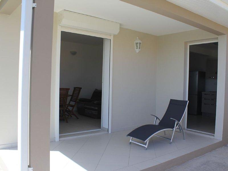 Location d'un T2 dans villa neuve composée de deux appartements, vacation rental in Sainte-Anne