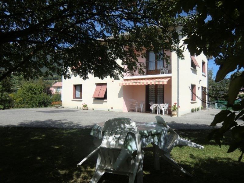 bel appartement calme à Gap avec jardin 4 pers.Idéal pr famille/amis+randonnée, holiday rental in Curbans
