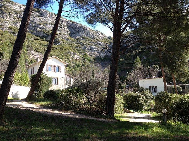 Villa idéal famille 130 m2, 4 chambres, calme, grand jardin, piscine hors sol, vacation rental in Cuges-les-Pins