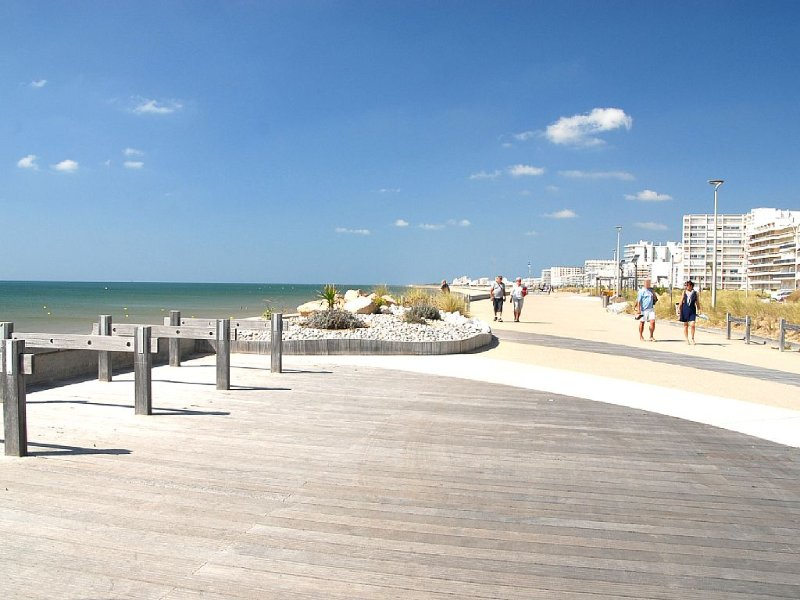 the beach 50 meters from the studio 4 per overloo, vacation rental in Saint-Hilaire-de-Riez