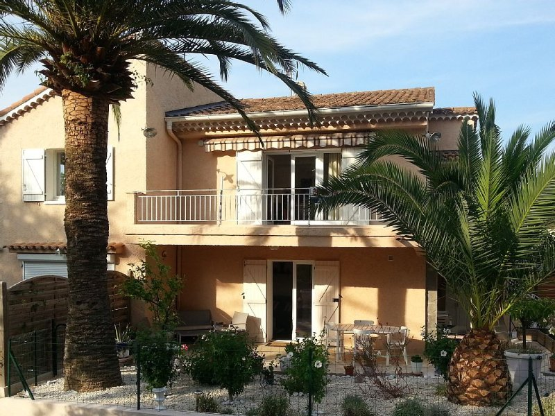 Proche mer et commerce,  quartier calme arboré, appartement 1er étage de villa, vacation rental in Saint-Raphael