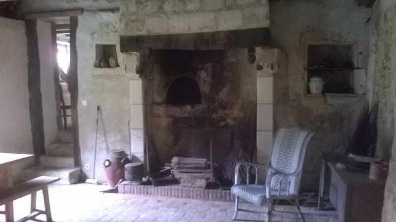 Le salon pour des soirées devant un grand feu de cheminée