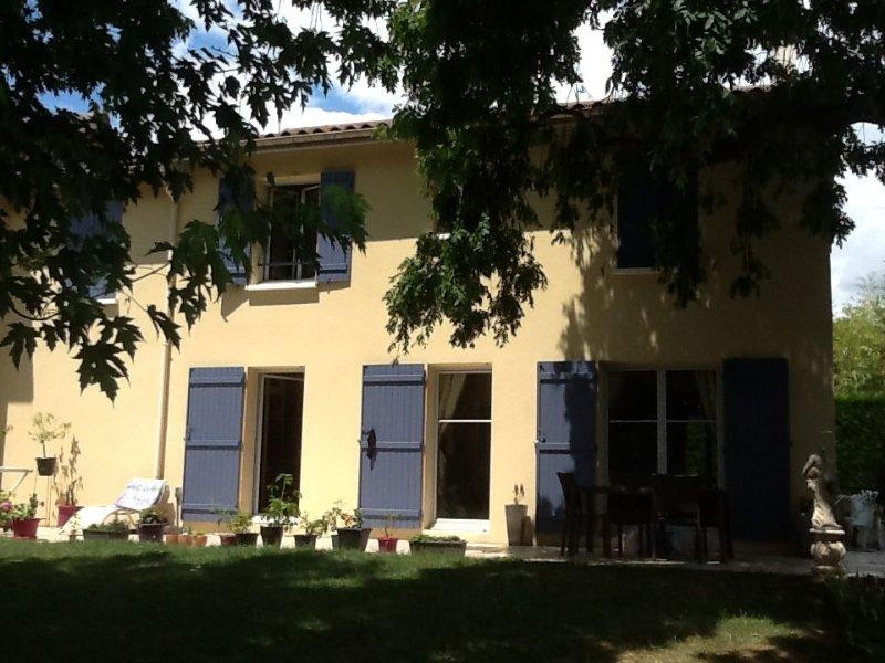 Maison cosy avec jardin et piscine privée à 15 mn de LYON dans le Beaujolais, aluguéis de temporada em Lozanne