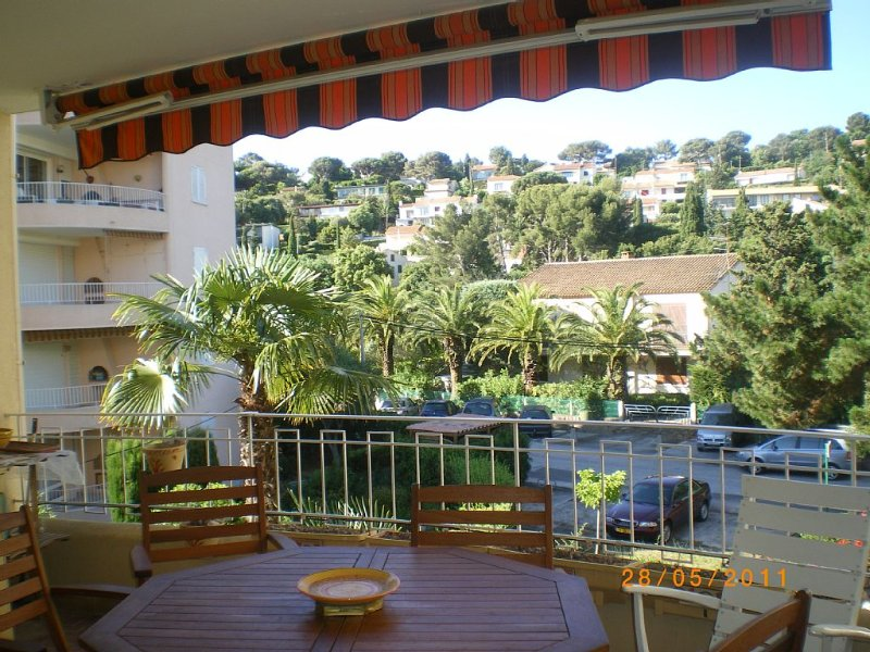 Super T2, entièrement renové fin 2015, à 300m de plage et port, superbe terrasse, holiday rental in Cavalaire-Sur-Mer