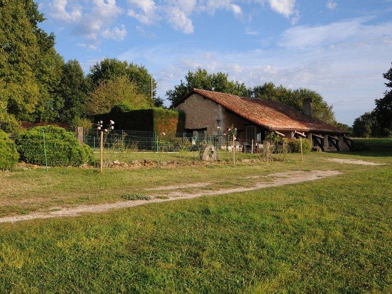 Aux portes de Périgueux, propriété de 6 hectares avec piscine., aluguéis de temporada em Atur
