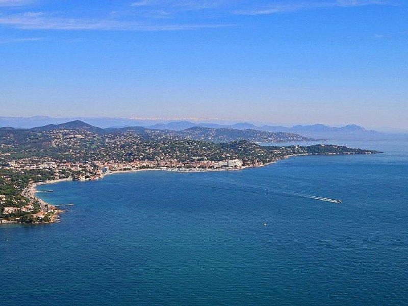 Grand T3  standing (4* certifié) Clim wifi terrasse et tout à pieds, holiday rental in Sainte-Maxime