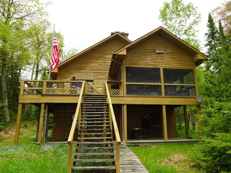 Madeline Island Classic Knotty Pine Cabin on Lake Superior, vacation rental in Ashland