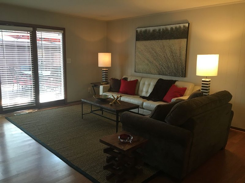 Comfy, cozy, bright home—Walk to Canton St. restaurants, shops—Pet Friendly!!!, holiday rental in Johns Creek