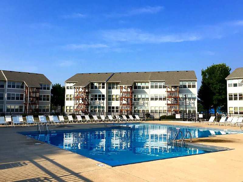 Waterfront Condo With Beautiful View, Pool/private Beach, Walk To Jet Express, vacation rental in Lacarne