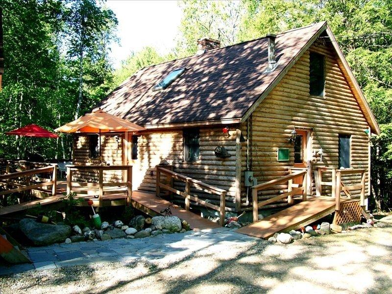 Mossy Glen Lodge  'Log Cabin' with a brook and hammock, aluguéis de temporada em North Edgecomb
