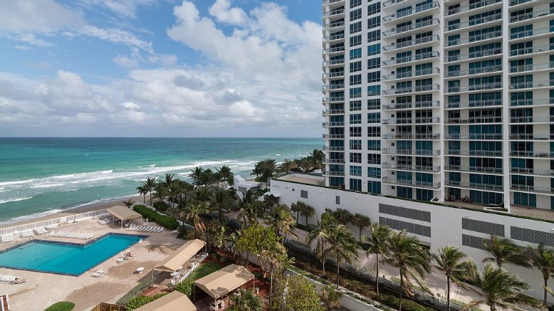 On The Beach !!!  2 Minutes to Exquisite Dinning and Shopping, holiday rental in Bay Harbor Islands