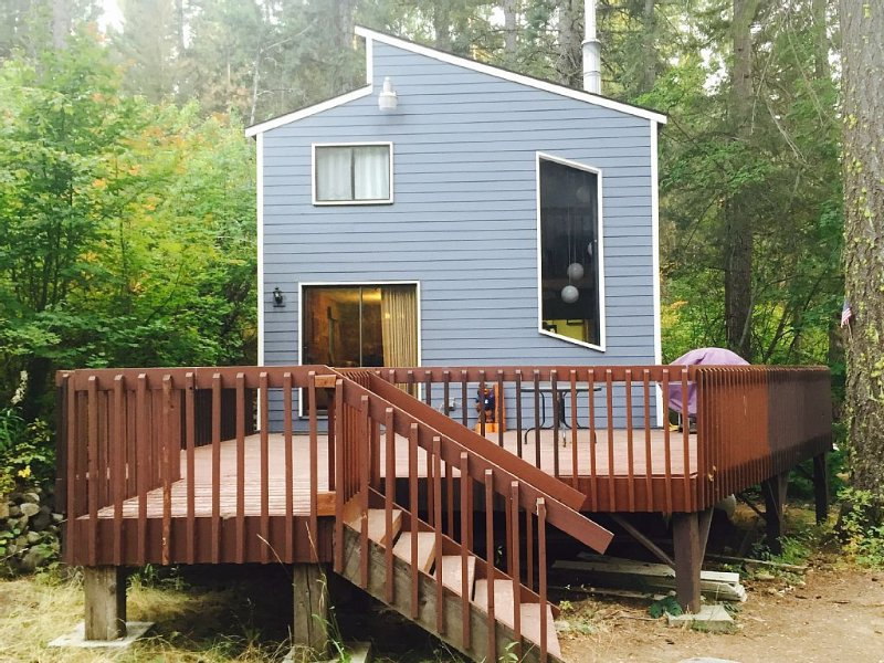 *Quiet Pet Friendly Cabin * Lake Cle Elum - Owner operated! With a hot tub!!, casa vacanza a Easton