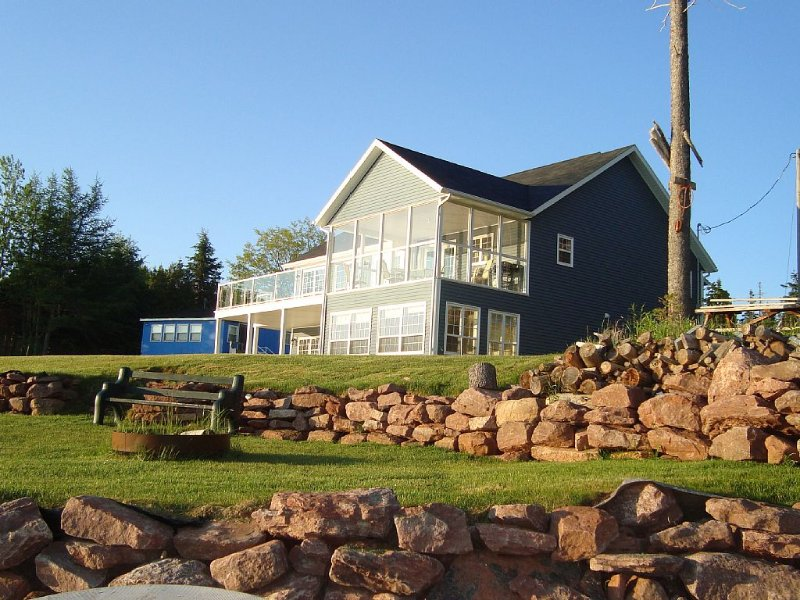 Secluded Oceanfront Beach House with lots of room to play and relax!, vacation rental in Ellerslie