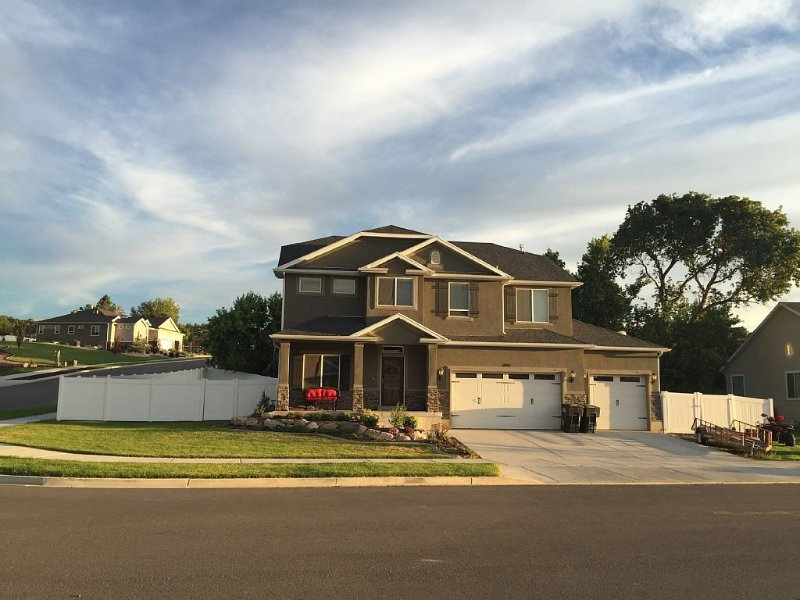 Newly Built Home With 6 Bed/3.5 Bath! 15 minutes to Lagoon, HAFB, and Snowbasin!, vacation rental in Davis County