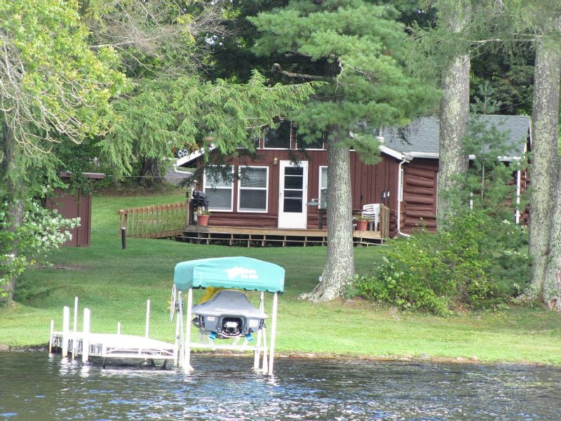 Lake Front Rustic Log Cabin in the heart of Chequamegon National Forest – semesterbostad i Marengo