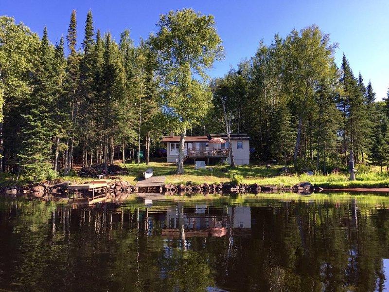 Cozy Cabin In The Bay On Devil Track Lake with nearly 100' of Shoreline, casa vacanza a Grand Marais