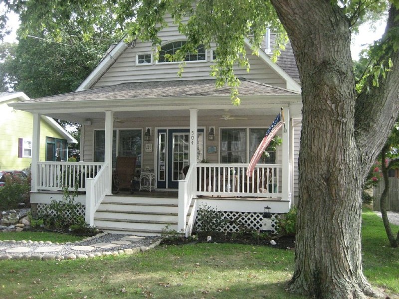 Paradise Found-cottage few houses to beach-Spectacular sunsets-Pet friendly, vacation rental in Lower Township