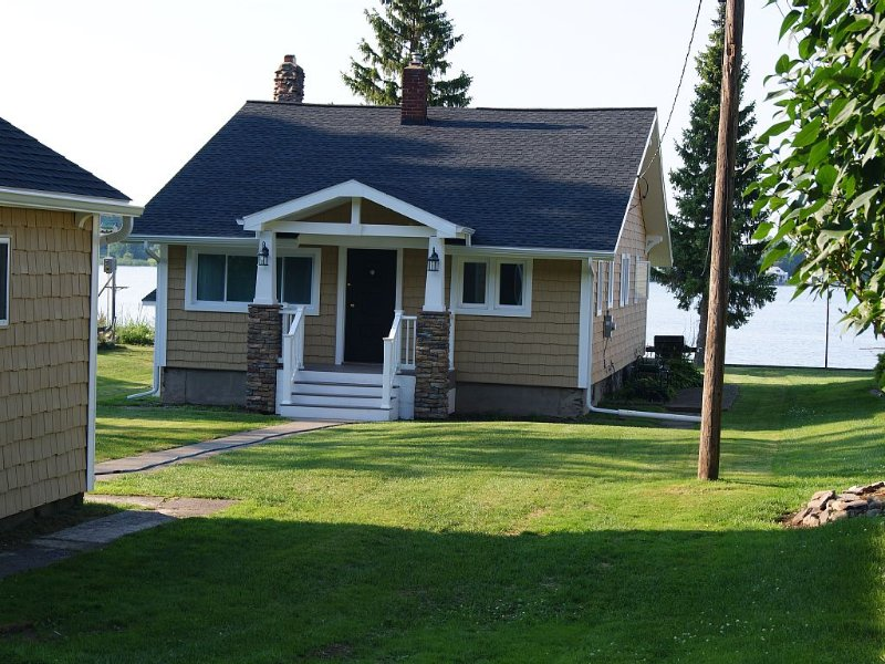 Waterfront Cottage Bungalow, holiday rental in Fairport