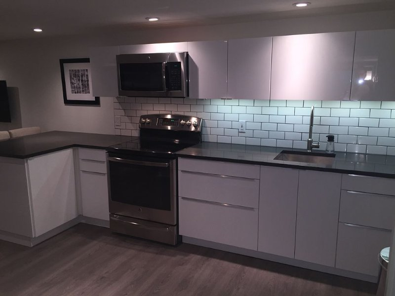 NEW luxe modern suite in heritage home, casa vacanza a Port Coquitlam