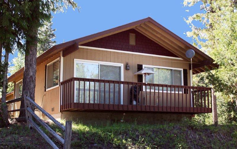 Priest Lake Cozy Cabin With Modern Amenities - Winter or Summer, alquiler de vacaciones en Luby Bay