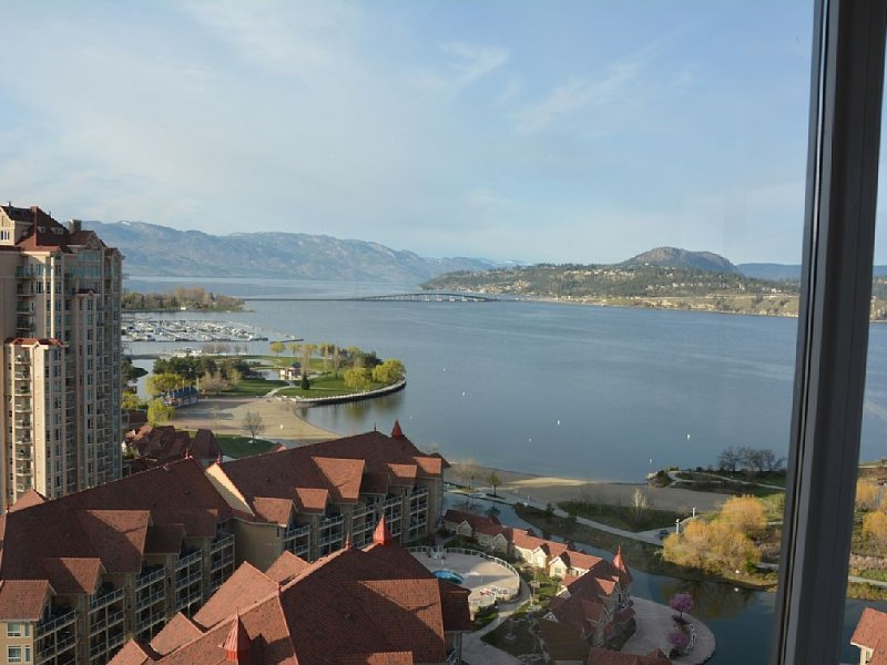 7th night FREE!! Soaring View Over Okanagan Lake & Downtown! Sleeps 6, alquiler de vacaciones en Kelowna