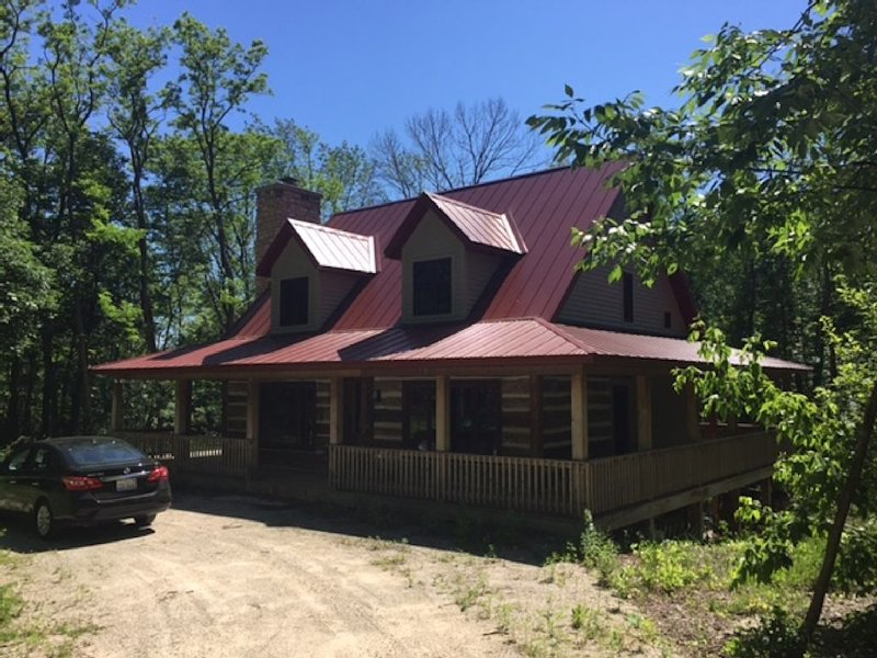 Family Friendly Cabin With Modern Kitchen, Working Fireplace, Wrap Around Porch!, location de vacances à Door County