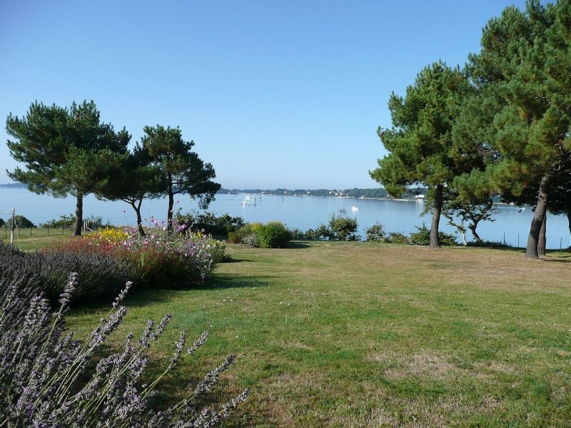 Modern Villa With A Magnificent Panoramic View Over The Golfe Du Morbihan, vacation rental in Baden