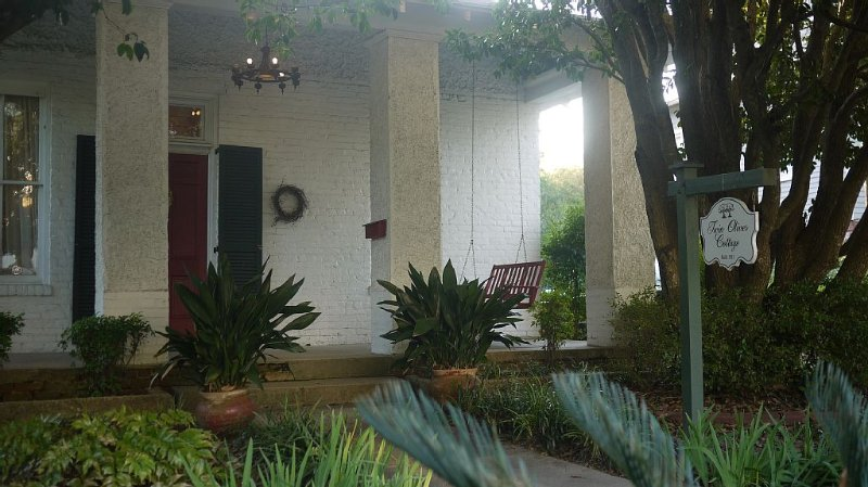 Charming home blocks from Downtown!, holiday rental in Natchez