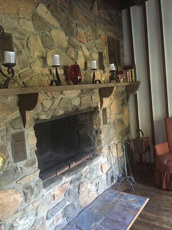 pleine cheminée en pierre de mur pour se détendre devant, des livres pour des moments tranquilles