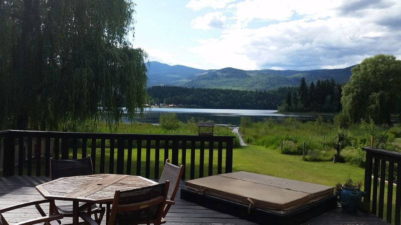 Quiet Lake Front House with great view. Large deck and yard with its own dock!, holiday rental in Clearwater