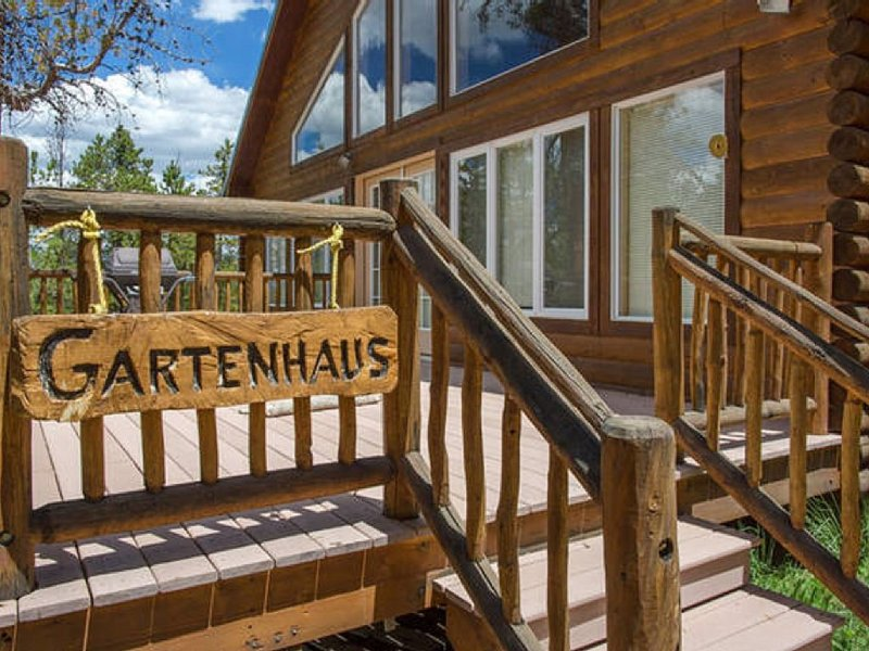 Quaint House in the Woods hiking trails, pet friendly and cable, vacation rental in Twin Lakes