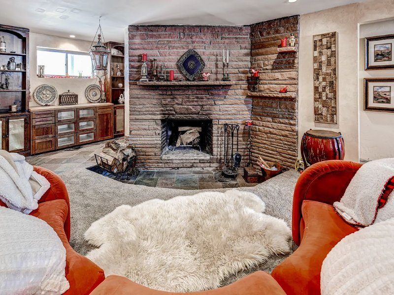 Luxury that is close to downtown and easy access to Red Rocks!  +Fireplace!, holiday rental in Wheat Ridge