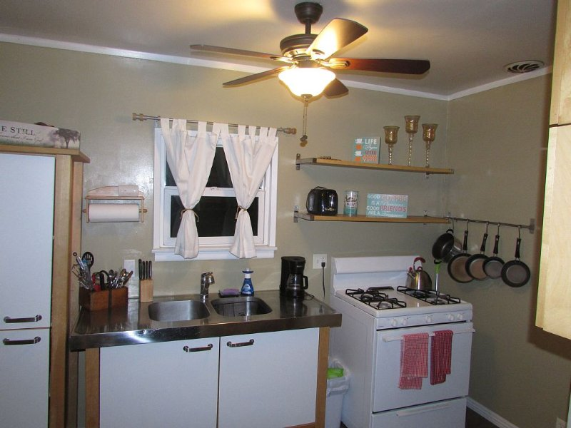 Cottage in the City of Whittier Los Angeles near Orange County! Whittier Collage, holiday rental in Downey